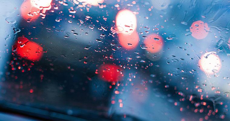 Prowadzenie auta w czasie burzy – na co zwrócić uwagę?