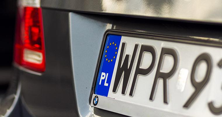 Czy będziemy musieli zmieniać numery rejestracyjne, wbijać przeglądy do dowodów i wozić prawo jazdy?